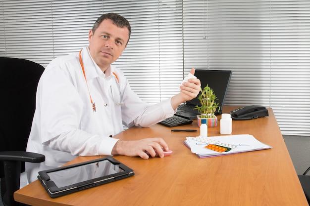 Médico confiante sentado no consultório médico