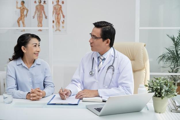 Médico considerável tendo nomeação