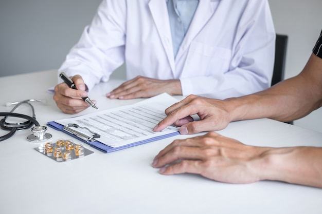Médico consultoria paciente discutindo algo sintoma da doença e recomendar métodos de tratamento