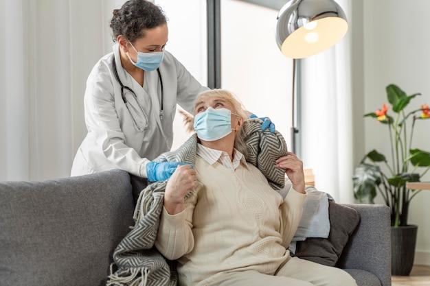 Médico cuidando de mulher idosa