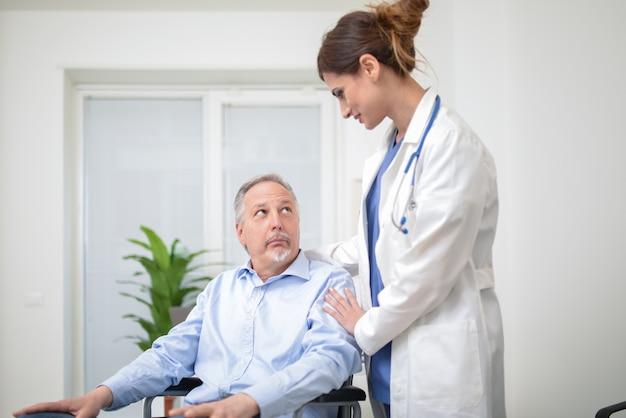 Médico, cuidando, de, um, paciente, ligado, um, cadeira rodas