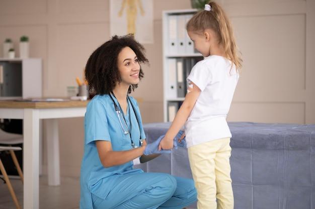 Médico cuidando do paciente após a vacinação