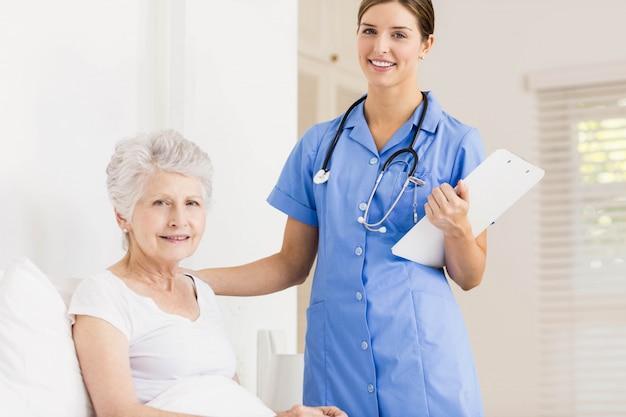 Médico, cuidando, sofrimento, sênior, paciente, casa