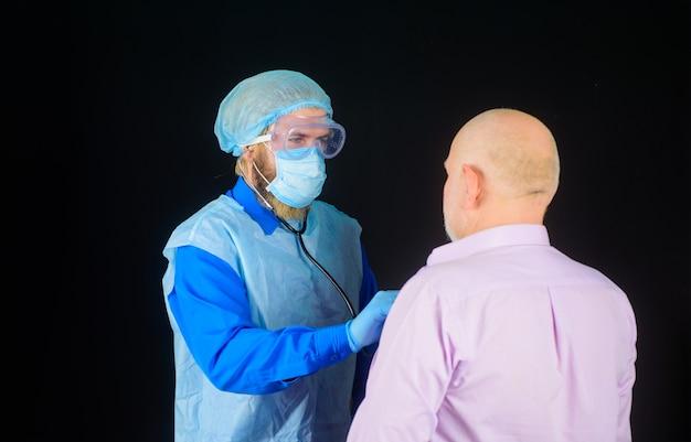Médico da covid verifica paciente idoso com coronavírus doente hospitalar