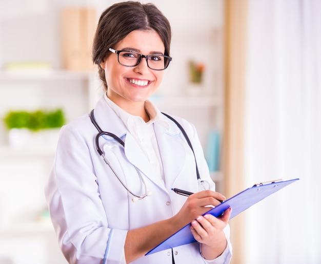 Médico da menina fica com um notebook e sorrisos.