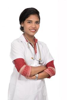Médico da mulher com um estetoscópio isolado no espaço em branco