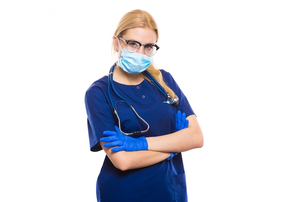 Médico da mulher de bata e luvas com máscara facial