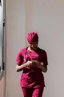 Médico da mulher olhando para o celular