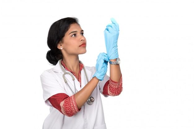 Médico da mulher usa luvas médicas.