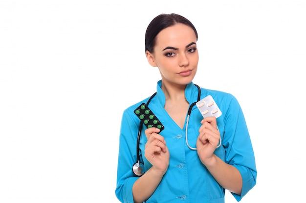 Médico dando comprimidos de medicamento.