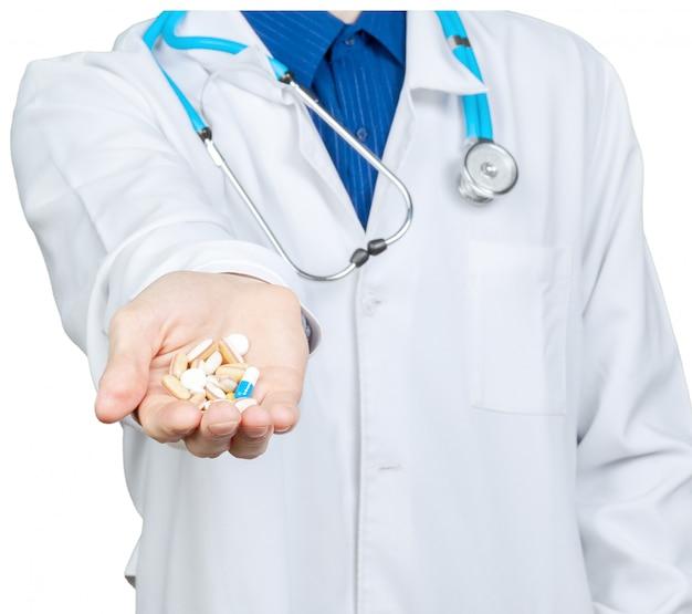 Médico, dando-lhe um comprimido