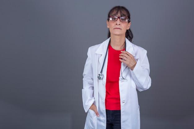 Médico de 40-45 anos de óculos olhando para a frente com uma cara séria