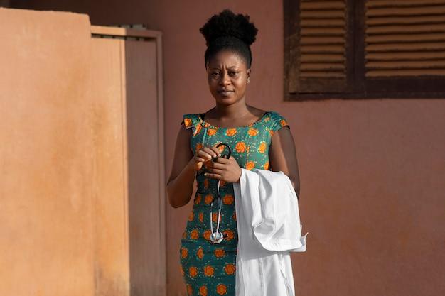 Médico de ajuda humanitária da áfrica se preparando para o trabalho