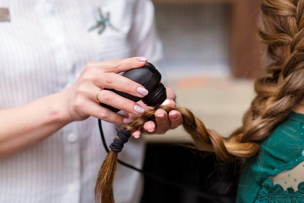 Médico de cabelo verificando o cabelo. diagnóstico de cabelo e couro cabeludo. trihoskopiya.