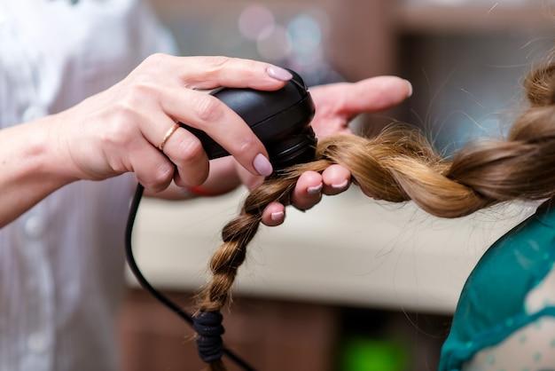Médico de cabelo verificando o cabelo. diagnóstico de cabelo e couro cabeludo.