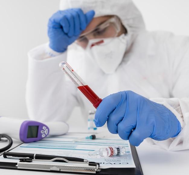 Médico de close-up segurando uma amostra secreta