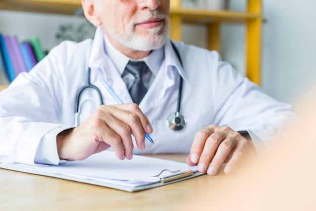 Médico de colheita ouvindo o paciente