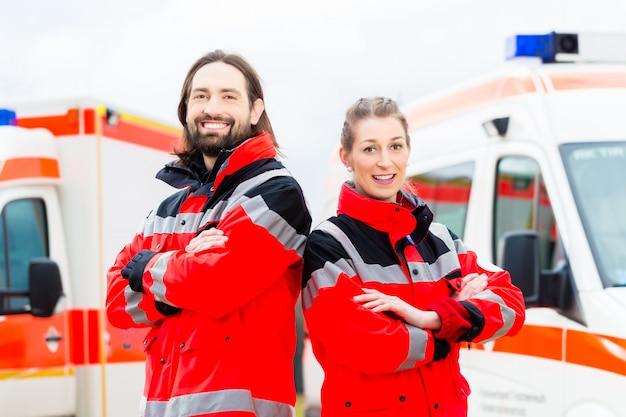 Médico de emergência e paramédico com ambulância
