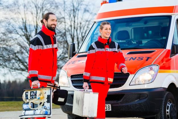 Médico de emergência na frente da ambulância