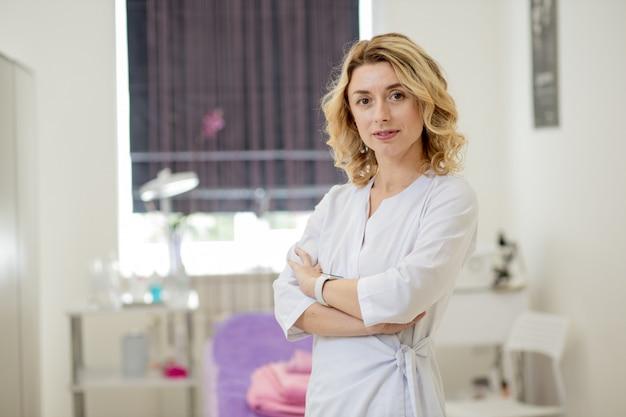 Médico de esteticista de mulher no trabalho no centro de bem-estar. retrato de uma jovem cosmetologista profissional feminina. funcionária no gabinete de cosmetologia ou salão de beleza. ocupação em saúde, carreira médica