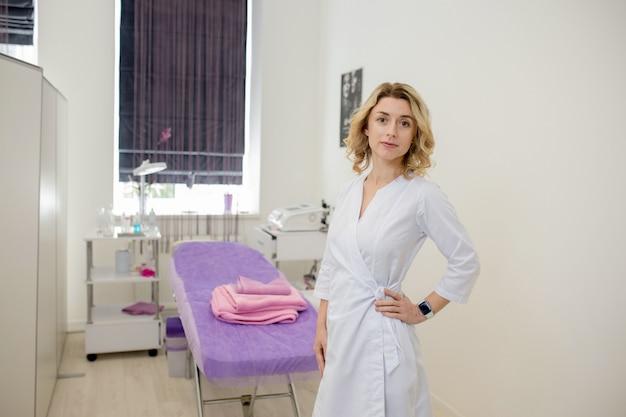 Médico de esteticista de mulher no trabalho no centro de bem-estar. retrato de uma jovem cosmetologista profissional feminina. funcionária no gabinete de cosmetologia ou salão de beleza.