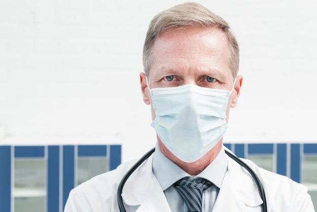 Médico de família com uma máscara facial