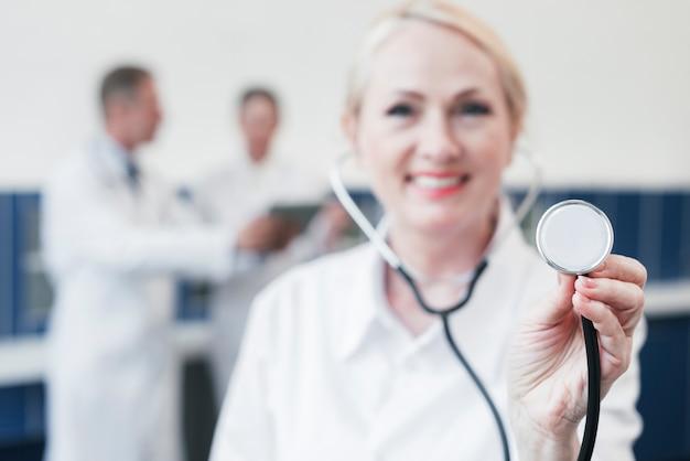 Médico de família em um consultório médico
