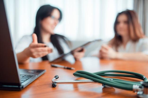 Médico de família, jovem esposa conversa com especialista