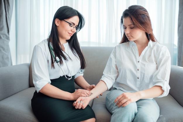 Médico de família verifica a frequência cardíaca de uma jovem mãe