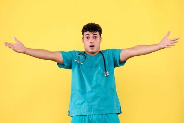 Médico de frente o médico está surpreso com a nova vacina contra o coronavírus