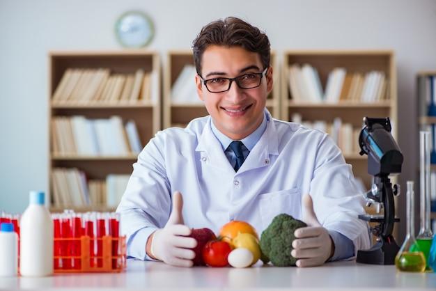 Médico de homem, verificando as frutas e legumes