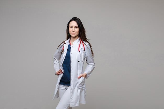 Médico de jaleco branco com estetoscópio. espaço