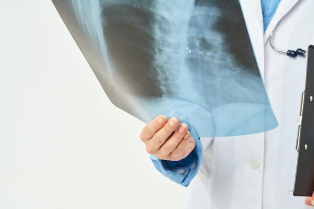 Médico de jaleco branco com luz de fundo de raio-x de cuidados de saúde