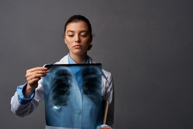 Médico de jaleco branco com raio-x trabalho de hospital de cuidados de saúde