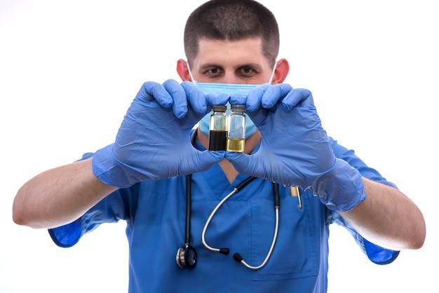 Médico de luvas segurando uma ampola com medicamento isolado no branco