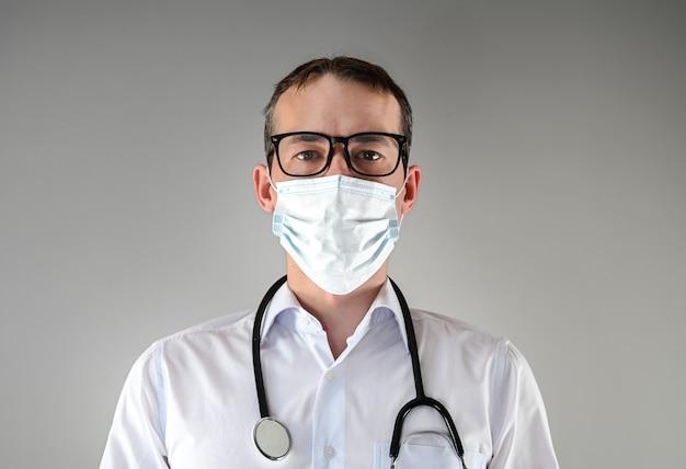 Médico de máscara e óculos