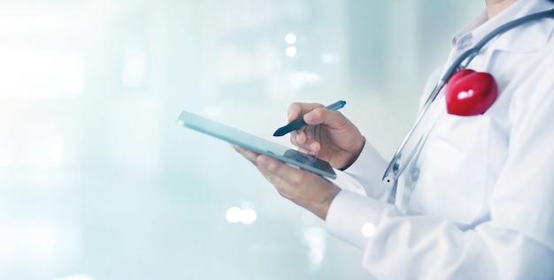 Médico de medicina e estetoscópio tocar interface de conexão de rede de informação médica