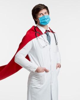 Médico de médio tiro usando máscara