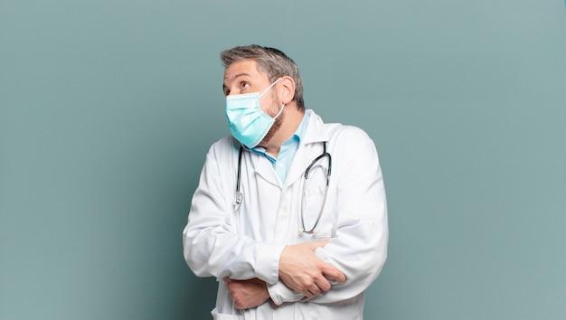 Médico de meia idade com máscara protetora