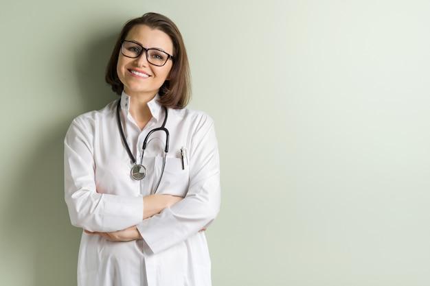 Médico de mulher de meia idade positivo