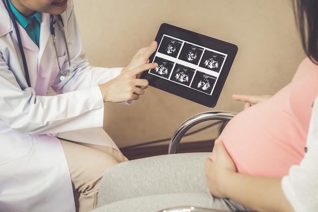 Médico de mulher grávida e ginecologista no hospital