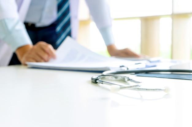 Médico de pé em cima da mesa com filme de raio-x