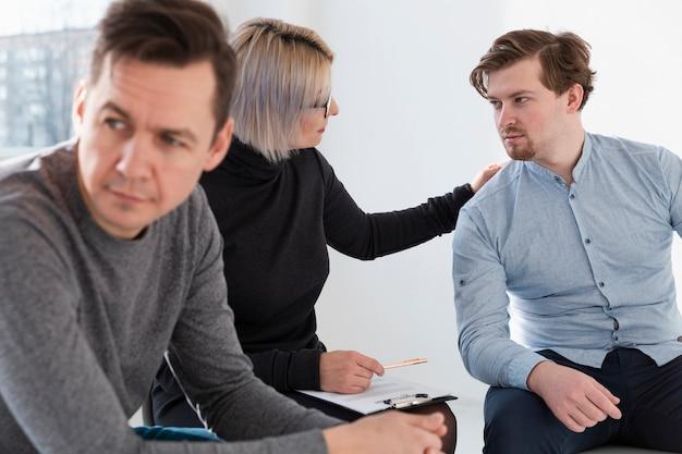 Médico de reabilitação e paciente do sexo masculino olhando um ao outro