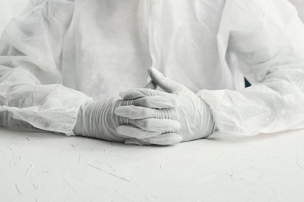 Médico de risco biológico em luvas
