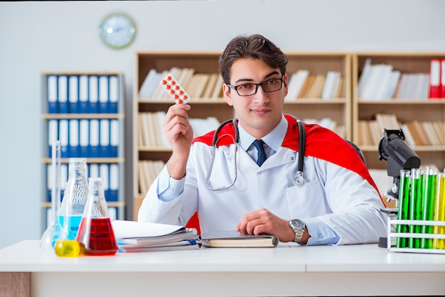 Médico de super-herói trabalhando no laboratório do hospital
