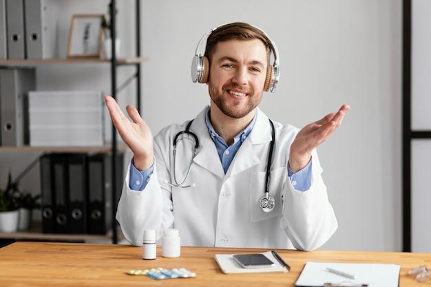 Médico de tiro médio com estetoscópio
