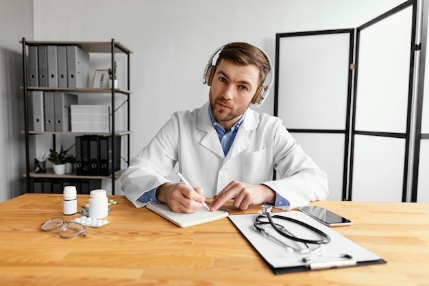Médico de tiro médio com fones de ouvido