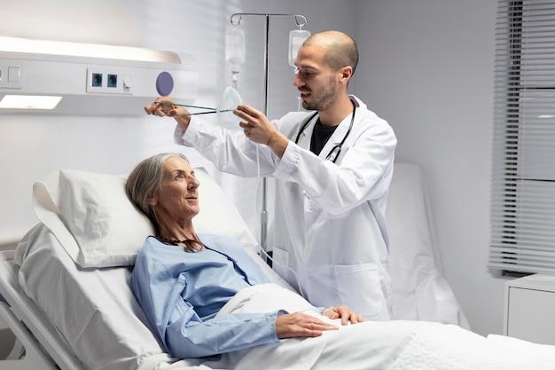 Médico de tiro médio com máscara de oxigênio