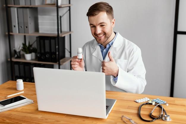 Médico de tiro médio com polegar para cima