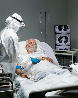 Médico de tiro médio e paciente com máscara